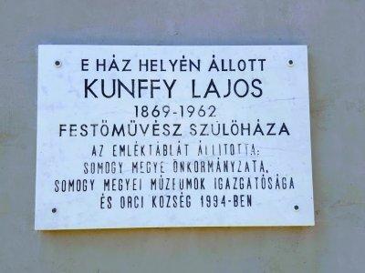 Emléktábla Kunffy Lajos egykori szülőháza falán